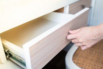 Organizacja szuflady w biurku - sprawdzone triki!