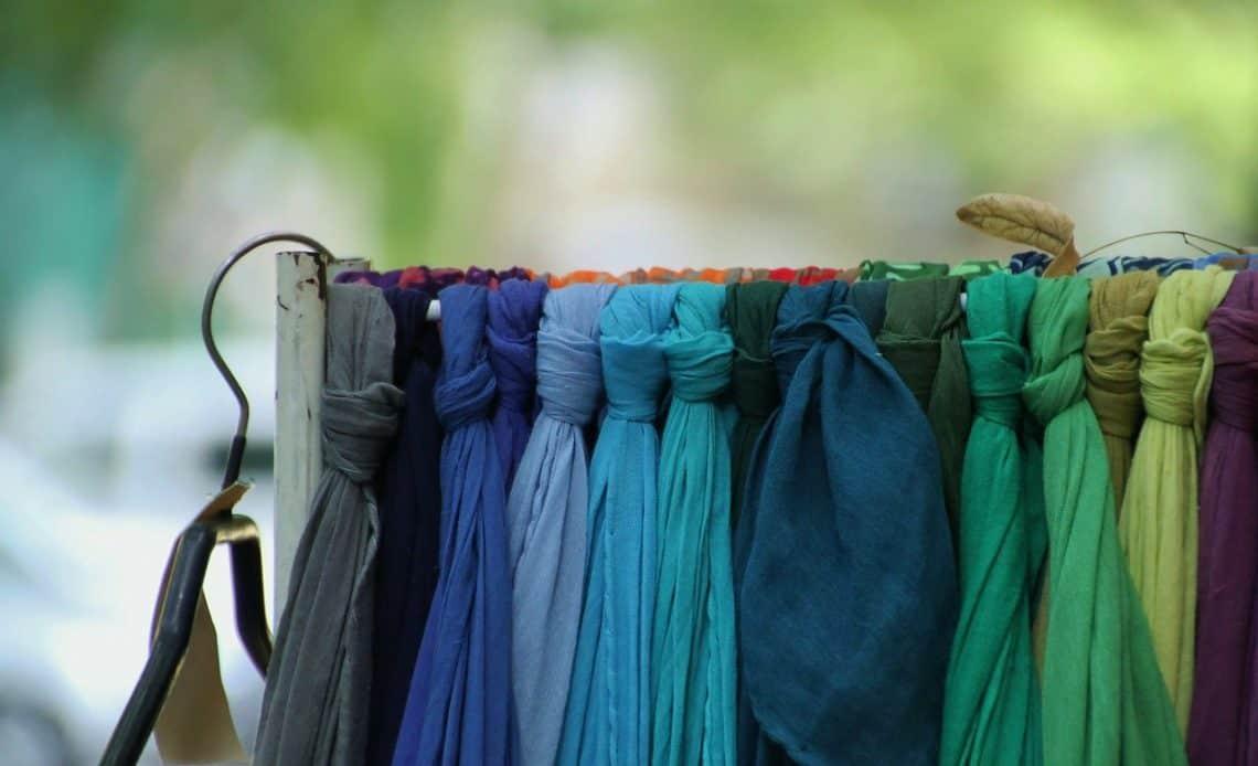 Jak przechowywać szaliki? Sprytny sposób!