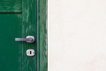 Skrzypiące drzwi - jak nasmarować zawiasy?
